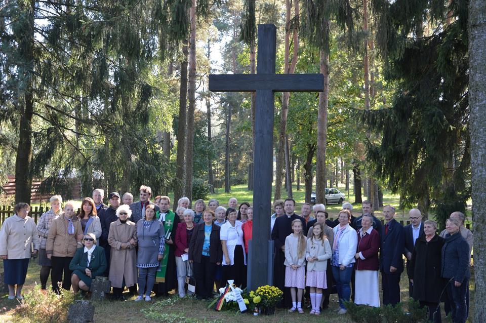 Jūrės miestelyje senose karių kapuose pašventintas kryžius